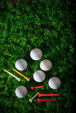 Gestionnaire et té de bille de golf sur la zone d'herbe verte Image libre de droits