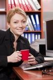 Gestionnaire féminin avec la cuvette de café photographie stock libre de droits