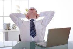 Gestionnaire fatigué au travail images stock