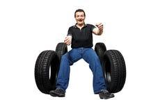 Gestionnaire heureux avec les pneus neufs Photographie stock