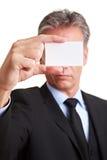 Gestionnaire retenant la carte de visite professionnelle de visite blanche Photographie stock libre de droits