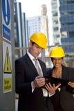 Gestionnaires de chantier de construction ayant un contact Photographie stock libre de droits