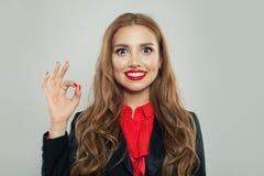 Gesto aceptable de la demostraci?n feliz de la mujer Expresiones faciales y emociones fotografía de archivo libre de regalías