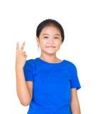 Gesto adolescente asiático de la victoria del finger que muestra, ella es feliz y SMI Fotografía de archivo