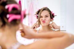 Gesto adolescente y actividad de la muchacha que no escuchan Fotografía de archivo