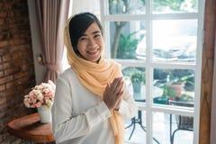 Gesto asi?tico del Islam de la mujer de la recepci?n foto de archivo