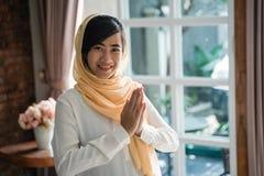 Gesto asi?tico del Islam de la mujer de la recepci?n fotos de archivo
