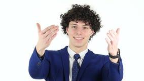 Gesto de invitación del hombre de negocios joven, fondo blanco almacen de video