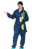 Gesto de mão da boa vinda do trabalhador da limpeza Foto de Stock Royalty Free