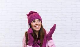 Gesto de mano atractivo del adolescente para copiar la sonrisa de la llamada del teléfono celular del espacio sorprendida Imagen de archivo