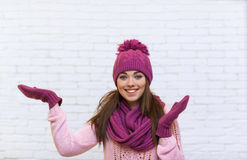 Gesto de mano de la muchacha para copiar la sonrisa atractiva del espacio adolescente en sombrero rosado Fotografía de archivo