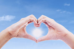 Gesto de mano del amor y del sol foto de archivo libre de regalías