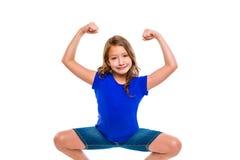 Gesto de manos fuerte divertido de la muchacha del niño de la expresión Foto de archivo