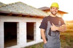 Gesto de sorriso novo do construtor com seu polegar acima toned foto de stock royalty free