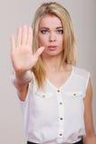 Gesto del segno della mano di arresto di rappresentazione della ragazza Immagini Stock Libere da Diritti