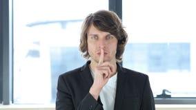 Gesto del silencio, finger en los labios en su oficina foto de archivo libre de regalías