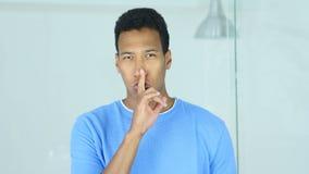 Gesto del silencio del hombre afroamericano joven, finger en los labios almacen de video