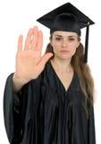 Gesto di arresto di rappresentazione della donna di graduazione Fotografie Stock