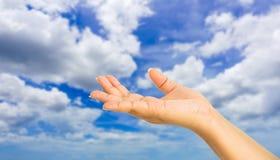 Gesto di mano umano qualcosa con il fondo del cielo fotografia stock