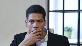 Gesto di scossa, sorpresa per l'uomo d'affari nero Immagini Stock