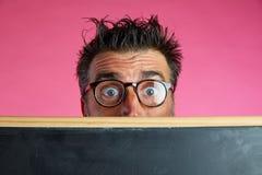 Gesto divertente della lavagna indietro pazza dell'uomo del nerd immagini stock libere da diritti