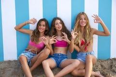 Gesto divertido de las muchachas adolescentes de los mejores amigos en playa Foto de archivo