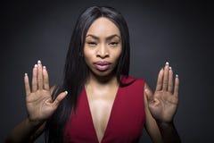 Gesto fêmea preto da parada e expressões faciais fotos de stock royalty free