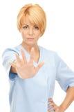 Gesto femminile attraente di arresto di rappresentazione di medico Immagini Stock