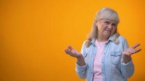 Gesto mostrando fêmea da decepção do aposentado infeliz, violação dos direitos de consumidor video estoque