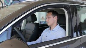 Gesto positivo do consumidor, chaves do carro nas mãos dos homens, prazer vídeos de arquivo