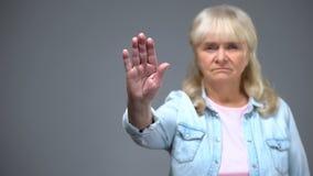 Gesto senior insoddisfatto di arresto di rappresentazione della donna, prevenzione relativa all'età di malattie fotografia stock