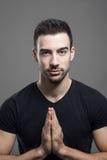 Gesto tocante modelo masculino do namaste das palmas da mão da aptidão nova fotos de stock royalty free