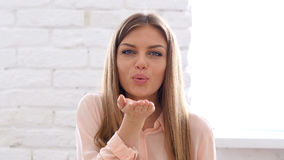 Gesto volante di bacio dalla donna, ufficio Immagini Stock