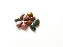 Gestolperte Jaspissteine für Kristalltherapiebehandlungen und reiki d lizenzfreie stockfotos