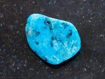gestolperter blauer Achatedelstein auf dunklem Hintergrund Lizenzfreie Stockfotografie