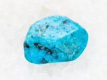 gestolperter blauer Achatedelstein auf weißem Marmor Stockfoto