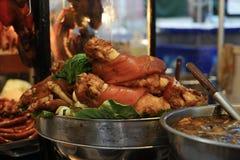 Gestoofd varkensvleesbeen in boiler Stock Foto