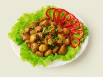 Gestoofd vlees met paddestoelen en verfraaide ui? stock foto