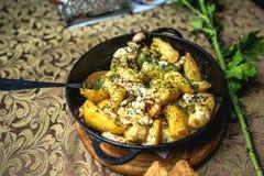 Gestoofde aardappels in een pan Stock Fotografie