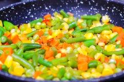 Gestoofde gesneden groenten in een pan Stock Afbeelding