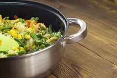 Gestoofde groenten in een pan op groenten houten als achtergrond royalty-vrije stock fotografie