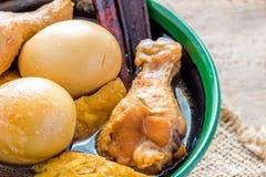 Gestoofde kippeneieren in de jus in een kop Stock Foto's