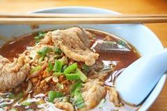 Gestoofde varkensvleesnoedel stock foto