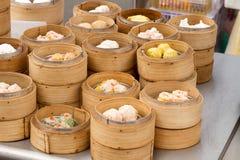 Gestoomd Dim Sum in de Dienbladen van het Bamboe Stock Afbeelding