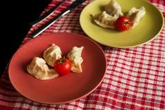 Gestoomde Chinese jiaozi met tomaat Stock Foto