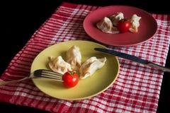 Gestoomde Chinese jiaozi met tomaat Royalty-vrije Stock Afbeeldingen