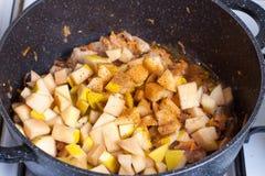 Gestoomde groenten met kruiden in een pan Royalty-vrije Stock Foto