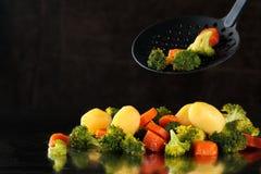 Gestoomde groenten op dienblad Royalty-vrije Stock Fotografie