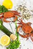 Gestoomde krab met verse citroen en aromatische kruiden op houten backg Stock Fotografie