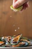 Gestoomde mosselen met de kruidige ingrediënten van de zeevruchten onderdompelende saus Stock Foto's